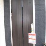 玄関ドアはタッチキーで玄関上にはお洒落なエコカラット貼り(玄関)